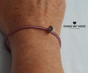DINGE-MIT-HERZ Armband Mini Brombeere frosted iced matt