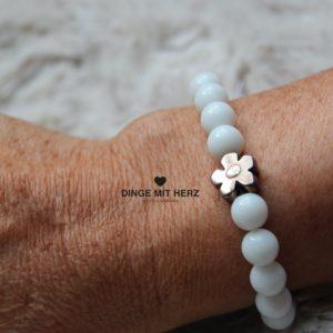 DINGE MIT HERZ Armband Sommer Sale weiß groß mit Silberblüte