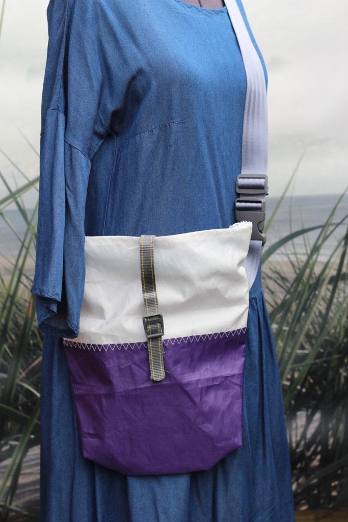 Dinge mit Herz MEDIA mittelgroße Umhängetasche aus gesegeltem Segel lila weiß hellblau