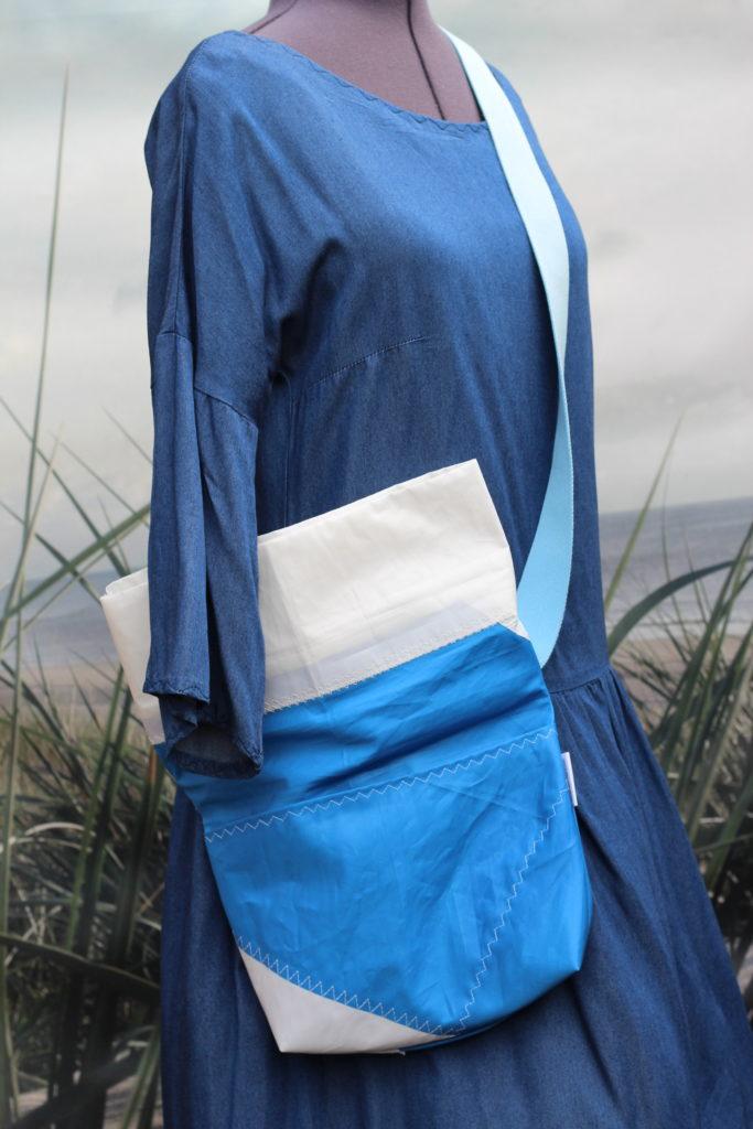 Dinge mit Herz BORSA piccola Umhängetasche aus gesegeltem Segel himmelblau weiß